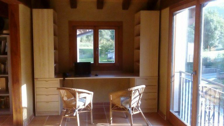 bancada escritorio con estantes disposicion lateral