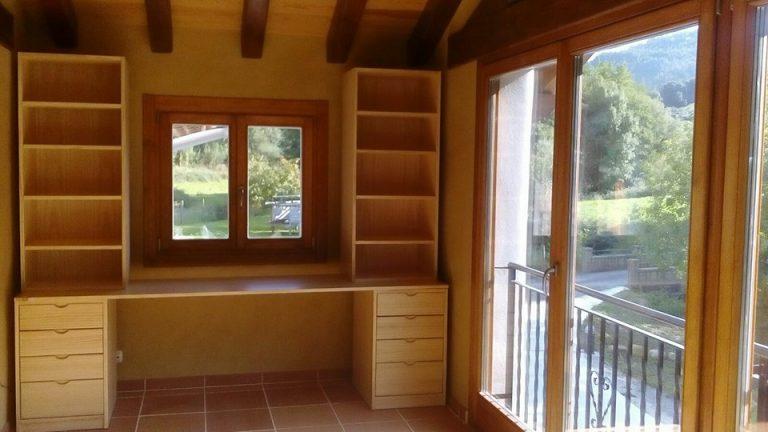 banco escritorio con estantes y cajones
